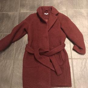 Lækker Ganni frakke i Bordeaux Brugt få gange og fremstår fin 50% uld og 50% polyester