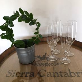 4 stk. romantiske champagne krystalglas. Glassene måler 20,5 cm i højden. De fremstår uden skår og som nye.  Sælges samlet for 100,-for alle 4.  Sender gerne.