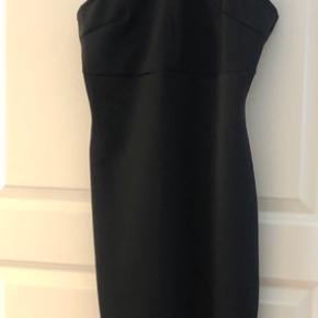 Flot kjole fra AX Paris i stræk materiale. Str 12
