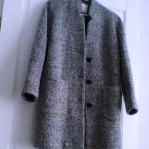 Grå/sort frakke fra Therese/NIELSENs i str. 40. Ved forsendelse + porto.