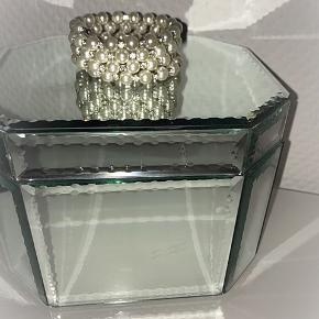 Smuk armbånd med hvide perler og sten.  Onesize, kan vikles rundt omkring håndleddet.   Pris: 100 kr inklusiv Porto.   Øreringe: 50 kr inklusiv.   Smykkeskrinet er også til salg- den skal dog afhentes selv.