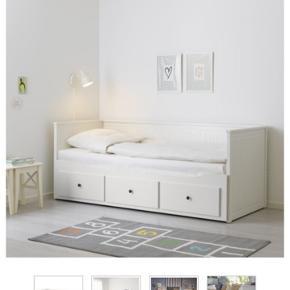 Sælger denne HEMNES seng fra IKEA. Den er brugt, har små slidmærker og nye håndtag  på skufferne, men den fejler intet!  Sælges med madrasser!! BYD