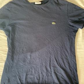Hej. Jeg sælger min mørkeblå lacoste t-shirt i størrelse 4. Jeg tror den svarer til en størrelse M.  Den blev købt sidste år. 😊  BYD gerne...😁