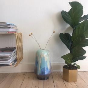 Rigtig smuk kinesisk vase. Kan bruges som gulvvase. Skal afhentes i Valby. Smuk opbevarings-/transportæske medfølgee