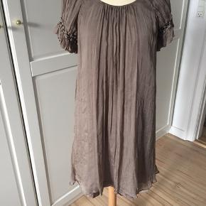 Lyse brun silkekjole med flot fald i ryggen