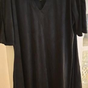 Sort kort kjole str22 fra pink Clove. Stadig med tag. Super blødt stof