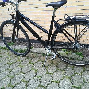 Ritter sort damecykel. Fremragende og solid cykel. Har lige fået ny kæde, tandhjul og sadel. (regning på værdi 1000,-) Ekstra monteret med punkterfri dæk og ergonomiske håndtag. Rullebremse. Syv indvendige gear. Godkendt lås med to nøgler. Passer til str. 165-175 cm høj person (sådan cirka). Fuldt køreklar. Alle papirer haves på cyklen.