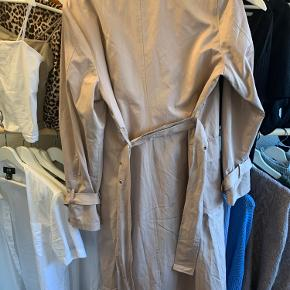 Hej.  Jeg sælger denne jakke, da jeg ikke får den brugt fordi den er købt i en for stor størrelse.  Jeg købte den inde hos kings and queens men den er fra na-kd.  Jeg købte den selv for 400kr da den var på tilbud.  Jakken er aldrig blevet brugt kun prøvet på.