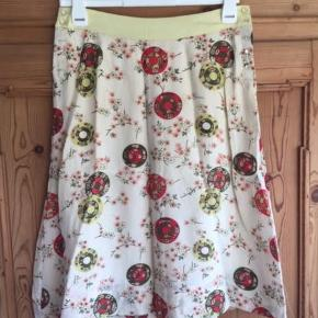 Skøn silke nederdel i fin stand men mangler nogle knapper i siden  ;)