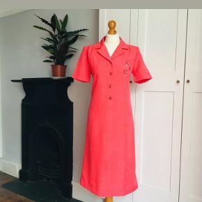 Flot vintage kjole fra 80'erne 90'erne. Den er så god som ny. En str 36/38 ville kunne passe den