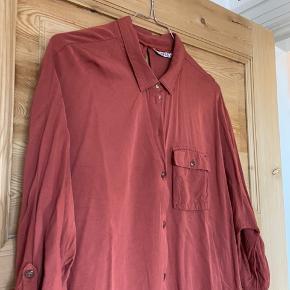 Smuk rustrød skjorte i str. 42.  Brugt få gange, og ellers bare hængt i skabet.   BYD 🌸