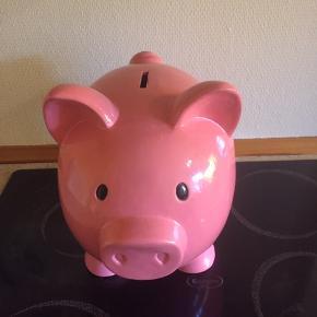 Antik lyserød sparegris ( IKKE  sådan en man kan købe for 100 kr. )  Den er et arve stykke. Den er større end den man kan købe for 100 kr.