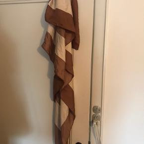 Super smukt kæmpe stort silketørklæde fra DAY i warm beige og nougat brun. 140 x 140 cm.  Det er så flot 🌿 Prisen er fast.  Bytter ikke. 🌿🌿🌿