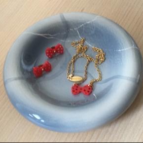 Fine, ubrugte sløjfesmykker fra Zarah Voigt🎀🎀 Samlet np. 1200 kr. Sælges for 200 pr. del (halskæde/øreringe) eller samlet for 300🙂
