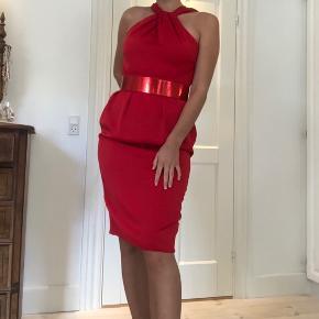 """Super fin kjole fra Asos størrelse 40. Klassisk rød farve, tilhørende rødt bælte med metallisk finish. Smuk åben ryg. Har lidt """"fnuller"""" få steder, blandt andet ved lynlås. Se billede."""
