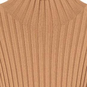 """Beskrivelse fra H&M: """"Fitted dress in a soft rib knit with a high collar and long sleeves. Viscose 55%, Polyamide 45%"""" Nypris var 500 kr.  Kjolen er en str. 36. Standen er som ny - kjolen har kun været prøvet på og den har aldrig været vasket. Farven er camel.  Jeg mødes gerne i Aalborg/Dronninglund eller sender med DAO til 38 kr. :-)"""