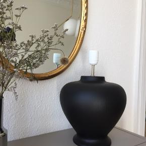 Overvejer at sælge denne vidunderlige, ældre bordlampe. Kun ved bud fra 300 kr.  36 høj. Virker som den skal. Det er en form for ler som er malet.   Hentes i Ågade i Aalborg. SENDER IKKE DENNE!