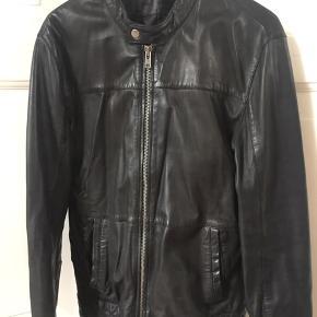 Ægte læder jakke sælges. Nyprisen var omkring 2500 kr. Købt i Cadovius & Co. Den fremstår som ny, da den stortset kun er prøvet på. Jakken er af kalvelæder.