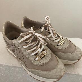 Varetype: SneakersFarve: Beige Oprindelig købspris: 1199 kr.  Lækre sneakers, brugt max 4 gange  Med guld pynt