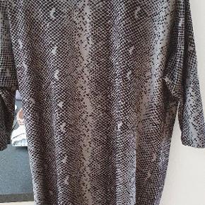Helt ny kjole, mega blød og lækker. Vasket og prøvet, passede mig ikke.