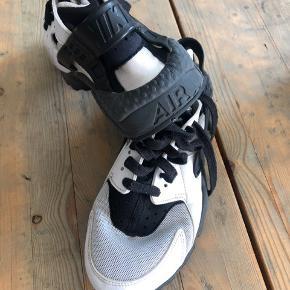 Nike sko, str.40 men små i størrelsen. Min datter passede dem da hun brugte 38