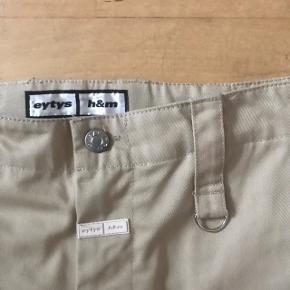 Et par beige bukser fra den udsolgte Eytys X H&M unisex kollektion De er kun prøvet på herhjemme Sælger da jeg ikke får dem brugt  Ny pris var 499,-