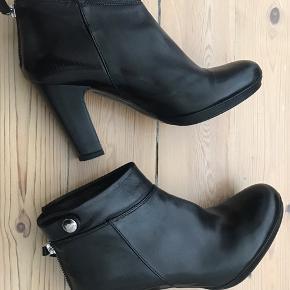 Syning på indersiden af venstre støvle ca. 0,5cm er gået op! Obs der er ikke hul i skinnet. Støvlerne er brugt få gange.