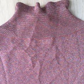 Smuk bluse i fin strik. Rosa med glimmer. Passer str 38-40