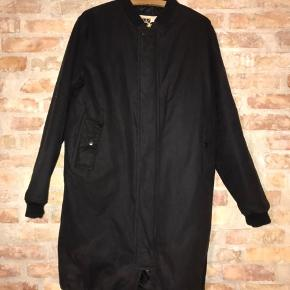 Brixtol bomber coat. Lang bomber jacket med foer. Varm og vandtæt vinterjakke i fedt design. Virkelig kvalitet for pengene!