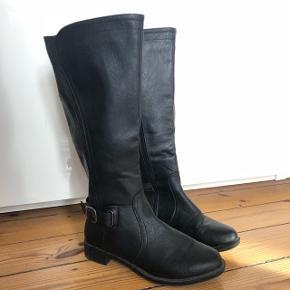 Lækre støvler fra Natural Reflection (købt i Canada).   Passer str. 38 Nypris: 350 kr.   ❌BYTTER IKKE. 💵Betaling gennem Mobilepay 🛍Afhentes på Nørrebro i weekend og aftentimerne