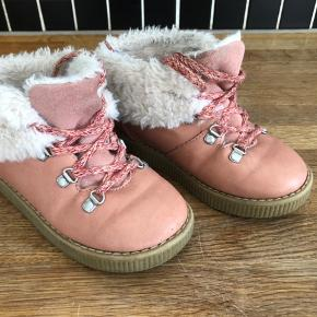 Fine Zara støvler.  Måler cirka 17 cm indvendigt.