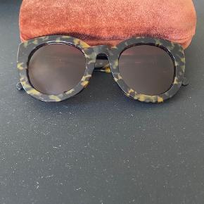 Ganni solbriller i rigtig god stand. Ingen ridser i glasset. Medfølger: tilhørende etui, klud, kvittering samt boks