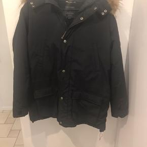 Rigtig lækker vinter jakke med ægte pels . Str 14 år . Til den store side. Har også Ver de terre skibukser til salg . Ingen skambud tak .