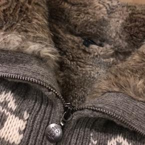 Tommy Hilfiger uld sweater   Str. L, men fitter M-L, kvinden der ejer den, har selv vurderet det, da hun normalt selv bruger Medium.   Der er pels på hele kroppen, men ikke ud i ærmerne. Når den lynes helt op dækker kraven/pelsen næsten for ørerne, det er lækkert! Brugt meget lidt de sidste to sæsoner,  sammenlagt 20-30 gange.  Fremstår som ny, fejler intet! Nypris 1300-1500kr.