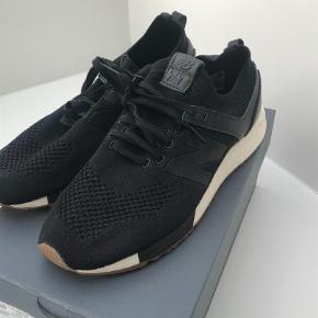 Varetype: Sneakers Farve: Sort Oprindelig købspris: 699 kr.  Lækre snekkers fra New Balance. Brugt 1 gang. Original kasse medfølger.