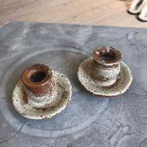 To lysestager fra tingkeramik  Fin patina Mærket kan tydeligt ses på begge stager