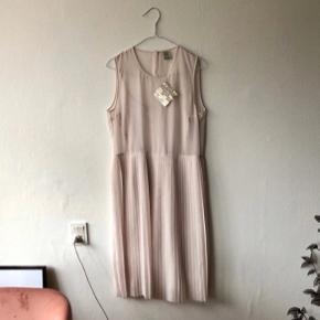 Smuk Agnes kjole. Np var 1700. Aldrig brugt. Kjole med plisseret underdel  #30dayssellout
