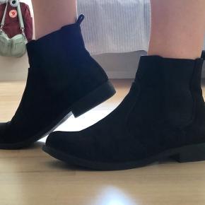Fine støvler fra H&M, brugt få gange   Skriv gerne hvis du er interesseret eller har spørgsmål 😊