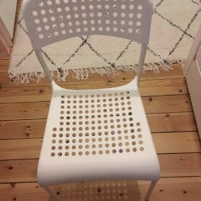 Sælger mine mega fine stole som jeg har brugt meget sjældent. Man kan bruge dem som stole til et skrivebord det har jeg ihverfald gjort eller andet. De er i super god stand og er ret behagelig at side på😊 vil helst af med dem samlet! Køb begge for 200kr