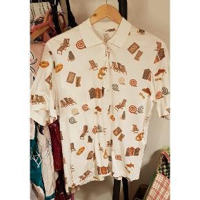 Den skønneste vintage polo / skjorte med sjovt motiv unisex. Str. S-M. Oversize- fit. Er brugt 1 gang men købt second hand.