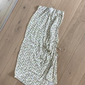 Smukkeste nederdel fra ASOS i fint print. Aldrig haft på. Bud ønskes 🤍