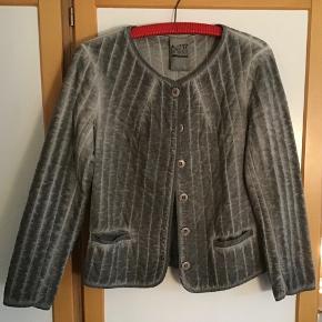 Rigtig skøn og lækker jakke \ cardigan. Måler fra ærmegab til ærmegab 50 cm. Længden 59 cm. Små lommer foran.