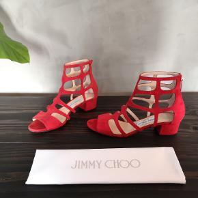 Smukke røde ruskinds sandaler fra Jimmy Choo. Jeg har brugt dem 1 gang. Str 36 og normale i størrelsen. Hælen er 3,5 cm. Nypris 750 euros.