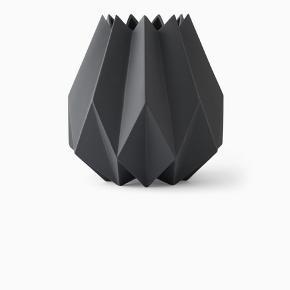 Menu Folded vase høj i mørkegrå Aldrig brugt, stadig i indpakning  Nypris : 899kr Sælges til 500  BYTTER IKKE!!!!