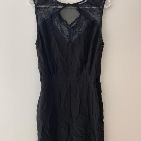 Smuk kjole fra Magali Pascal i 100 % silke. Kjolen er kun brugt en enkelt gang og har været til rens. Kjolen er købt i Happel i Odense til 1800 kr.