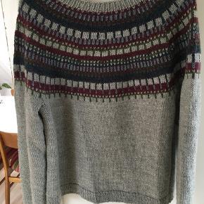 Hjemmestrikket trøje i 100 % uld (superwash) fra Sadness garn - men den er forholdvis blød i kvaliteten.