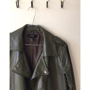 Fin jakke i god stand, næsten ikke brugt. God som overgangsjakke.  Kan afhentes på Nørrebro, eller sendes på købers regning.