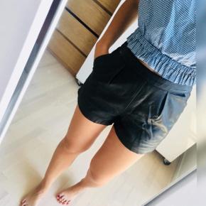 Flotte sorte shorts sælges  Læder look like Fejler ingenting og er i perfekt stand  Str s Mp 150kr