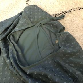 Flot kjole med underkjole i samme farve, der kan tages af eller haves på for sig selv🌸 Str. S🌸 Aldrig brugt, kun prøvet på.