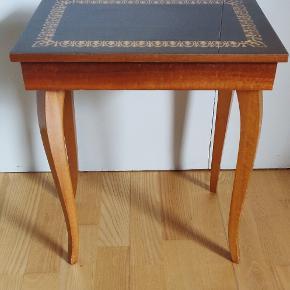 Retro  ældre mini bord, spiller musik når pladen  løftes. Bordet er lavet af MAPSA, Swiss musical movement table. Højde 43 cm, længde 37 cm og dybde 27 cm. Bordet er i god stand